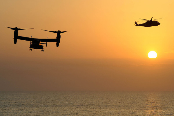 A US Marine Corps Osprey aircraft (left) with a Royal Navy Merlin helicopter from HMS Illustrious / This file is licensed under the Open Government Licence v1.0 (OGL). Uznanie autorstwa: Photo: PO(Phot) Ray Jones/MOD